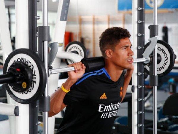 Transfer Raphael Varane ke MU kemungkinan akan tertunda