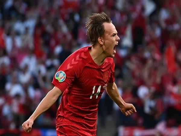 Setelah cemerlang bersama Timnas Denmark di ajang Euro 2020 kemarin, nama Mikkel Damsgaard kini masuk dalam daftar buruan Tottenham Hotspur / via AP Photo