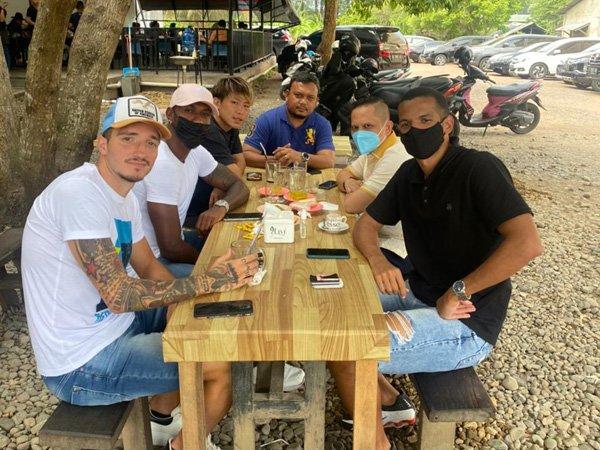 Presiden klub Persiraja Banda Aceh, Nazaruddin Dek Gam bersama pemain asingnya