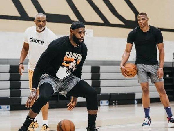 Nick Young optimis Lakers bisa jadi kampiun jika tak diterpa badai cedera musim depan.