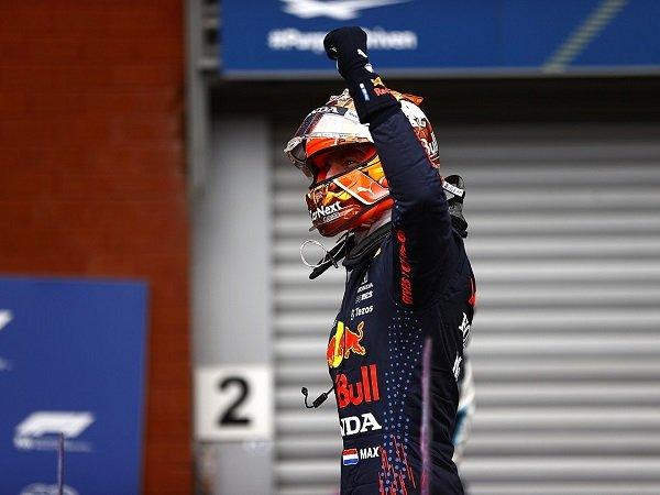 Max Verstappen enggan ikut campur soal tindakan fans Belanda kepada Lewis Hamilton.