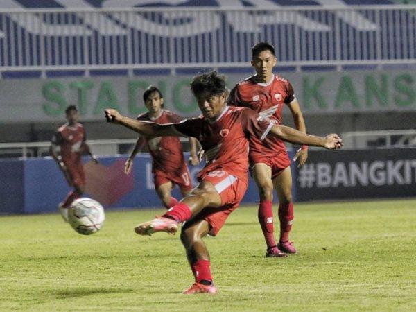 Pemain PSM Makassar, Ilham Udin Armaiyn saat mencetak gol ke gawang Arema FC
