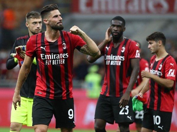 Alessandro Nesta yakin bahwa AC Milan bisa menjadi pesaing untuk memperebutkan titel Scudetto Serie A musim ini / via Getty Images