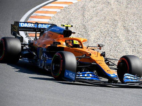 Lando Norris mengendarai McLaren MCL35M