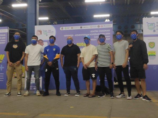 Sejumlah pemain Persib ketika menjalani vaksin dosis pertama di salah satu mal di Bandung