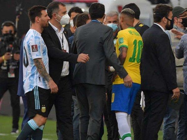 Lionel Messi marah laga Brasil lawan Argentina dihentikan petugas. (Images: Getty)