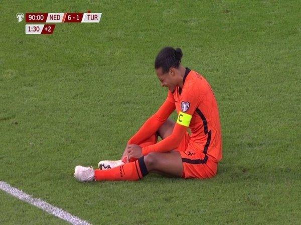 Virgil van Dijk nampak kesakitan memegangi engkelnya ketika Belanda menang telak 6-1 atas Turki di kualifikasi Piala Dunia 2022 (8/9) / via Sky Sports