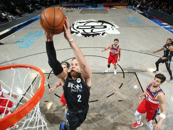 Bintang Brooklyn Nets, Blake Griffin sedang melakukan dunk.