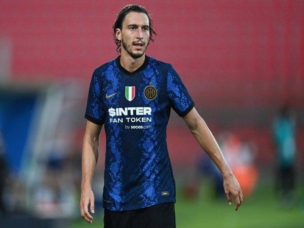 Matteo Darmian merasa yakin bahwa penyerang gaek asal Bosnia yaitu Edin Dzeko, mampu menggantikan peran Romelu Lukaku di skuat Inter Milan musim ini / via Getty Images