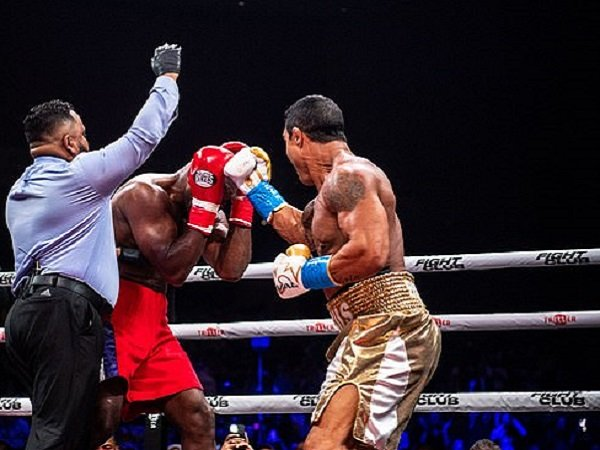 Evander Holyfield ketika bertarung melawan Vitor Belfort. (Images: Getty)