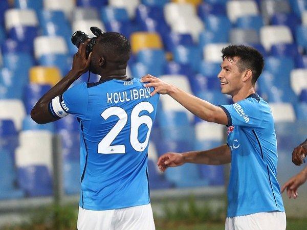 Kalidou Koulibaly ambil kamera fotografer usai mencetak gol kontra Juventus.