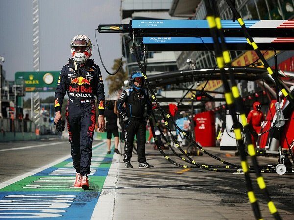 Max Verstappen dijatuhi penalti usai sebabkan kecelakaan dengan Lewis Hamilton di Monza.
