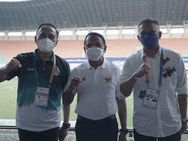 Menpora RI Zainudin Amali (tengah) memantau pertandingan pekan kedua Liga 1