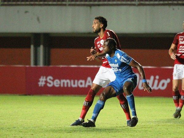 Bek Persib, Victor Igbonefo saat berduel dengan Willian Pacheco