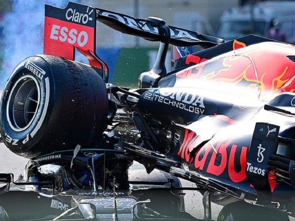 Momen ketika mobil Lewis Hamilton menabrak Max Verstappen. (Images: Getty)