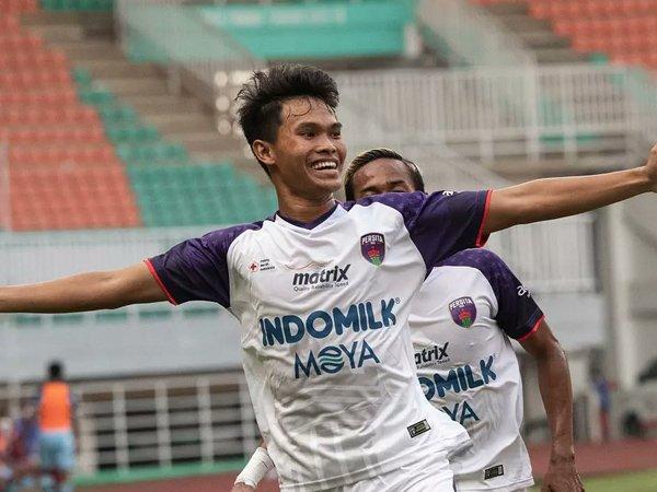 Pemain Persita Tangerang Rizky Dwi Septiawan merayakan gol ke gawang Persela Lamongan