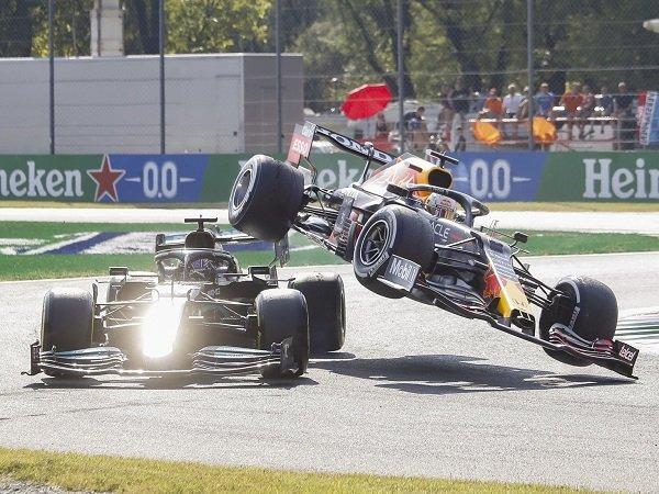 Lewis Hamilton dituduh pura-pura cedera usai crash dengan Max Verstappen.