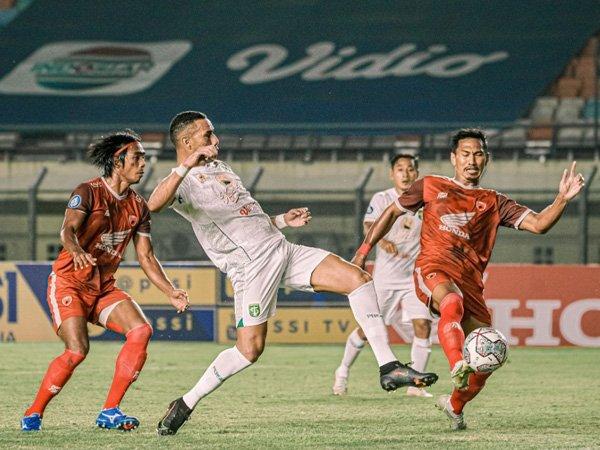 Pertandingan Persebaya Surabaya kontra PSM Makassar