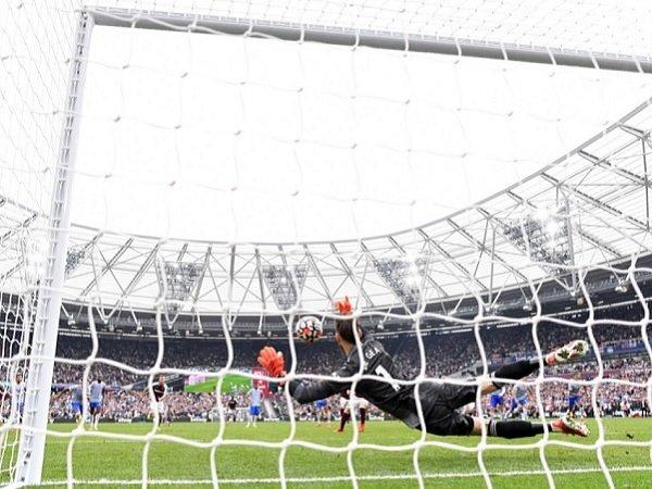 Manchester United menang berkat keberhasilan David De Gea menggagalkan penalti.