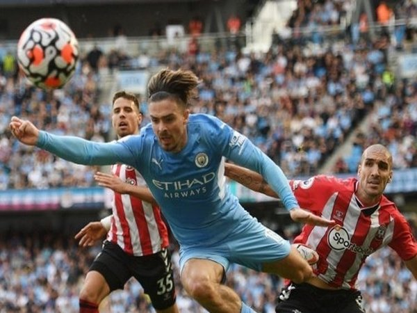 Gelandang Manchester City, Jack Grealish, berusaha lolos dari hadangan pemain Southampton kala kedua tim bermain imbang 0-0 tadi malam (18/9) / via Getty Images