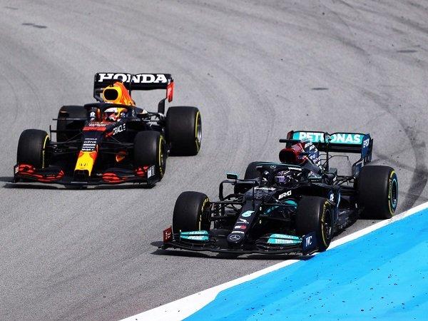 Lewis Hamilton mulai cemas akan performa Verstappen yang makin menjadi-jadi.