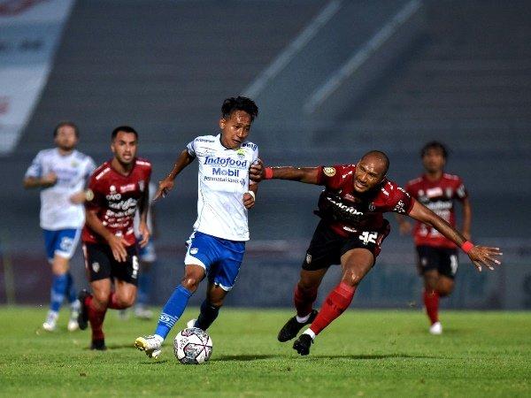 Gelandang Persib, Beckham Putra Nugraha ketika melewati bek Bali United