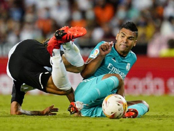 Casemiro melakukan tekel keras ke pemain Valencia.