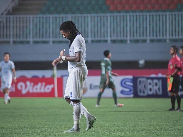 Penyerang Arema FC, Carlos Fortes saat timnya takluk dari PSS Sleman