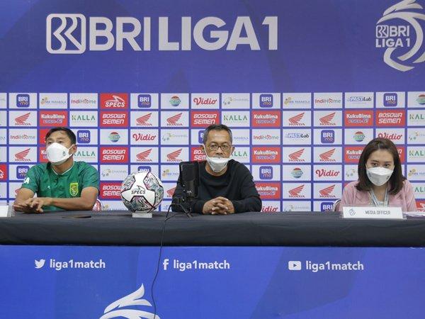 Pelatih Persebaya Surabaya, Aji Santoso (tengah)
