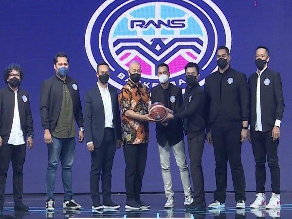 Raffi Ahmad perkenalkan pengurus Rans Basketball. (Images: IBL)