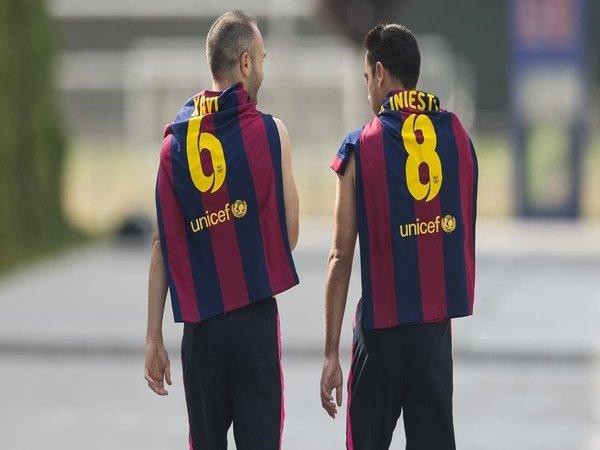 Andres Iniesta menyebut jika Xavi Hernandez sudah pantas untuk melatih Barcelona dalam waktu dekat / via Marca