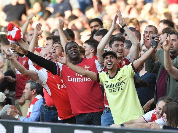 Penggemar Arsenal merayakan kemenangan atas Tottenham