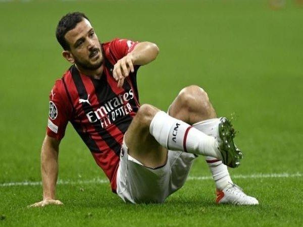 Alessandro Florenzi harus absen membela AC Milan selama satu bulan ke depan usai menjalani operasi penyembuhan cedera lutut kiri yang dialaminya / via Getty Images