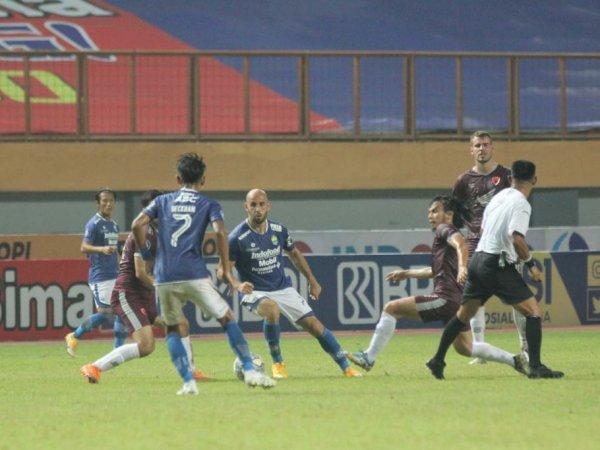 Pemain Persib dan PSM ketika berebut bola