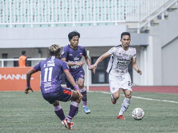 Pemain bertahan Bali United, Ricky Fajrin (kanan)