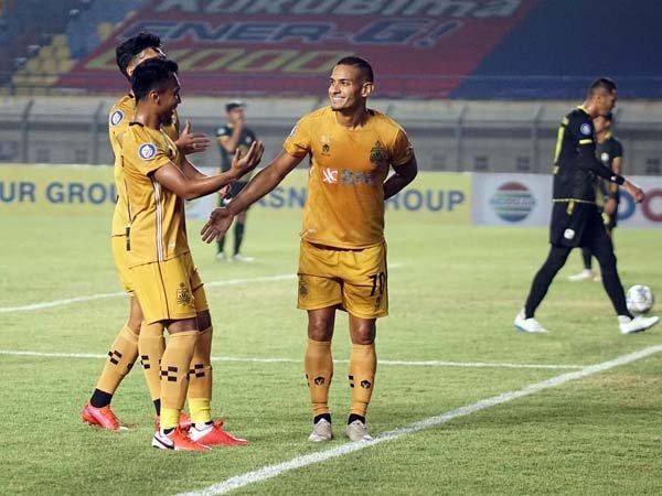Gelandang Bhayangkara FC, Renan Silva merayakan golnya ke gawang Barito Putera