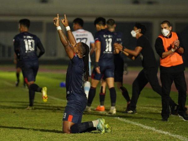 Penyerang Arema FC, Carlos Fortes merayakan gol ke gawang Persela Lamongan