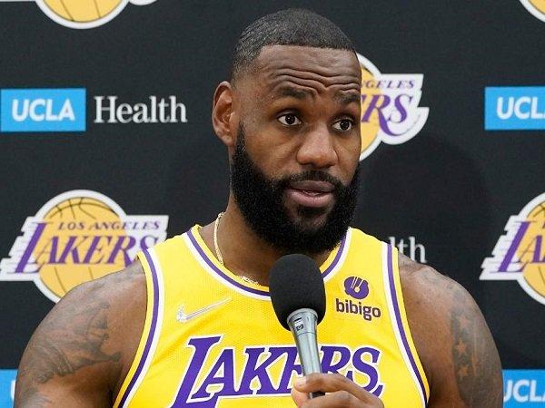 Enes Kanter berharap LeBron James mau edukasi pemain lain yang tak mau divaksin.