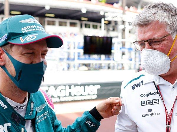 Sebastian Vettel dan Kepala Tim Aston Martin Otmar Szafnauer
