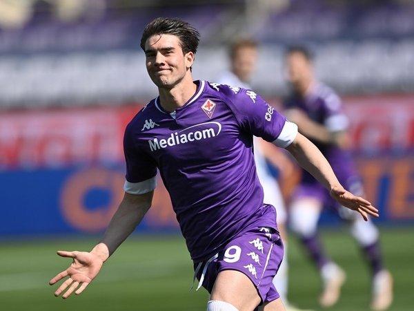 Fiorentina sudah melirik sejumlah striker lain apabila Dusan Vlahovic jadi pergi meninggalkan klub dalam waktu dekat / via Getty Images