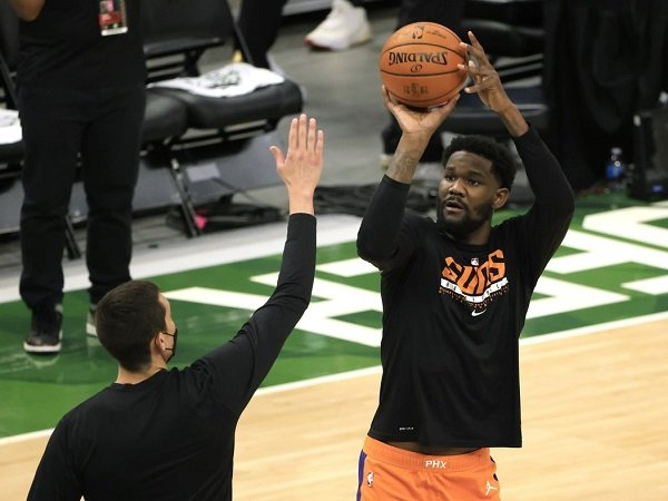 Phoenix Suns berpikir panjang dalam beri kontrak baru bernilai maksimal pada Deandre Ayton.