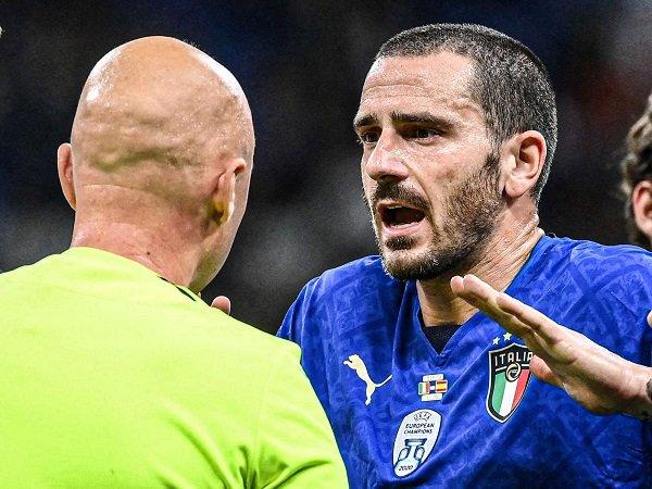 Federico Chiesa mempertanyakan keputusan wasit kartu merah Leonardo Bonucci.