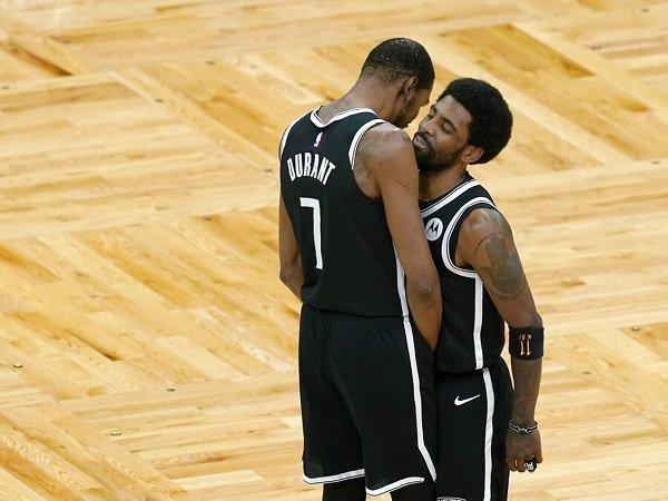 Kevin Durant prediksi Kyrie Irving bisa segera bergabung dengan tim.