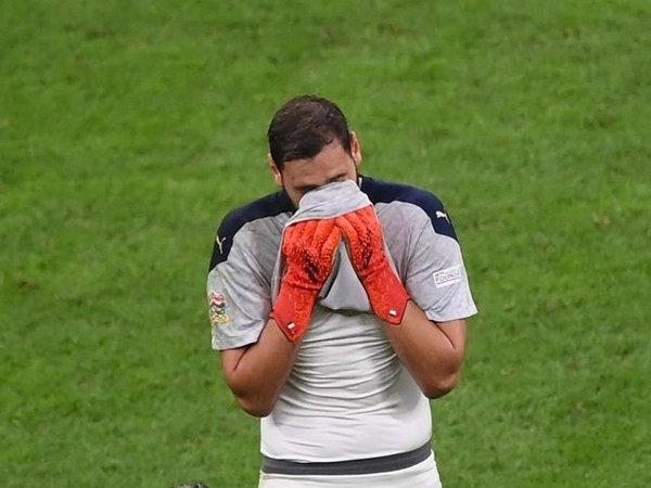 Gianluigi Donnarumma tertunduk lesu saat Italia keok 1-2 dari Spanyol di babak semifinal UEFA Nations League (7/10) / via Reuters
