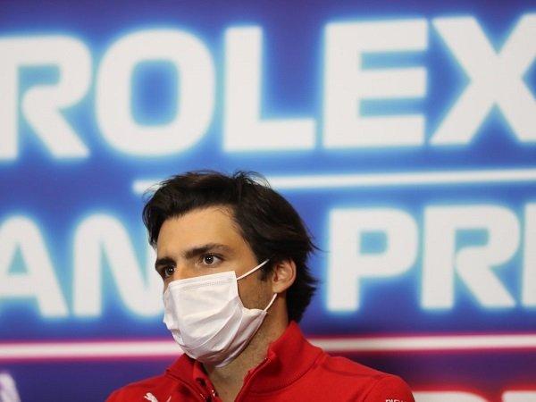 Carlos Sainz Jr sedih lihat performa Charles Leclerc yang jauh lebih kompetitif.