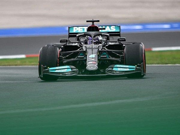 Lewis Hamilton tetap optimis bisa menang di GP Turki meski dapat penalti turun 10 posisi.