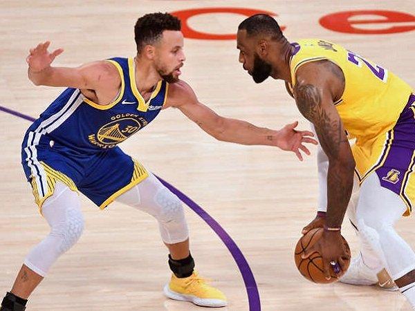 Steph Curry saat bentrok dengan LeBron James.
