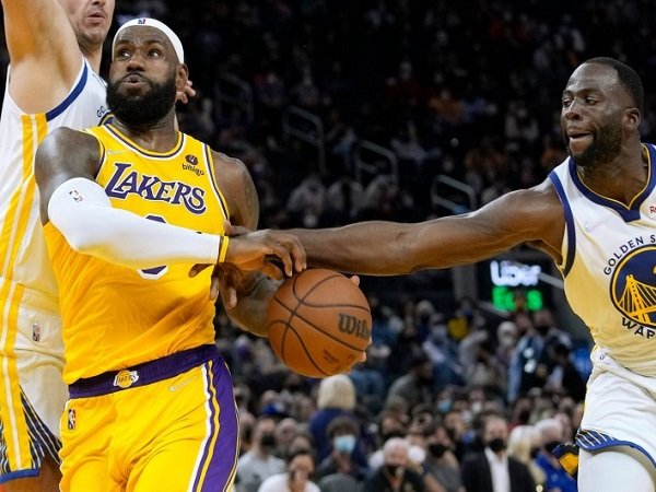 LeBron James sebut Lakers masih adaptasi dengan pola serangan baru.