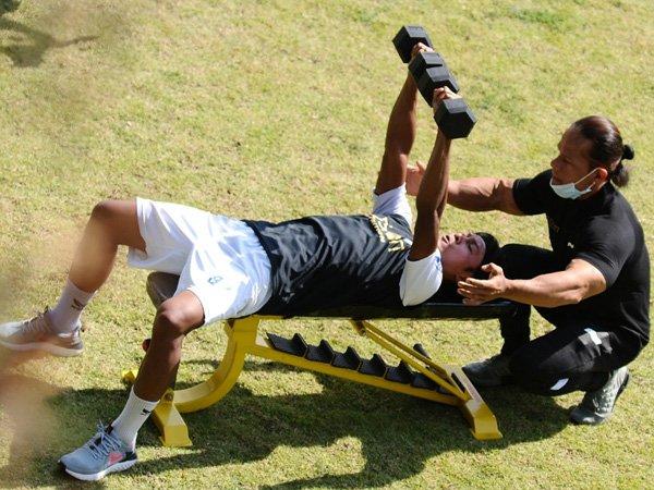 Latihan fisik Arema FC didampingi Iwan Samurai