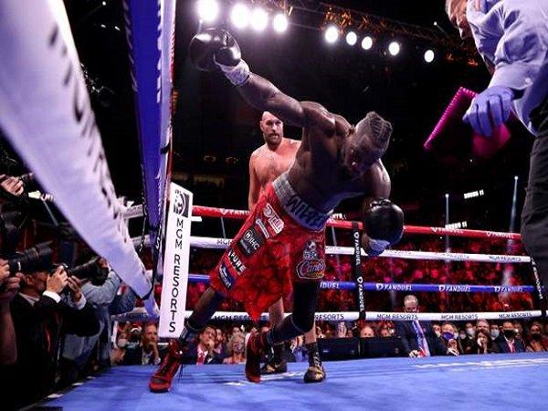 Momen ketika Tyson Fury menjatuhkan Deontay Wilder. (Images: Getty)